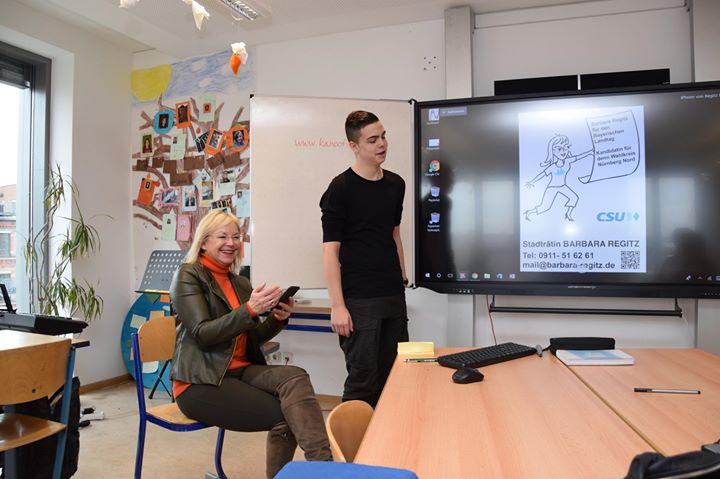 Barbara Regitz besucht Adolf-Reichwein-Schule Nürnberg - Touchscreen