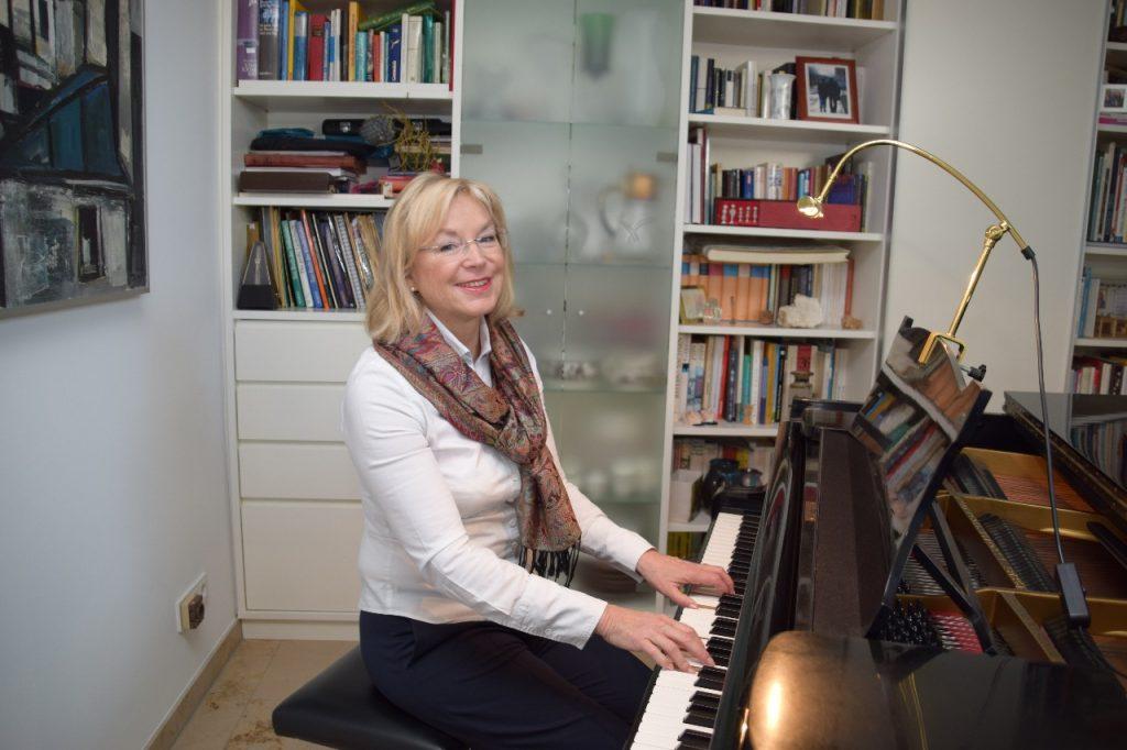 Barbara Regitz am Klavier / Flügel