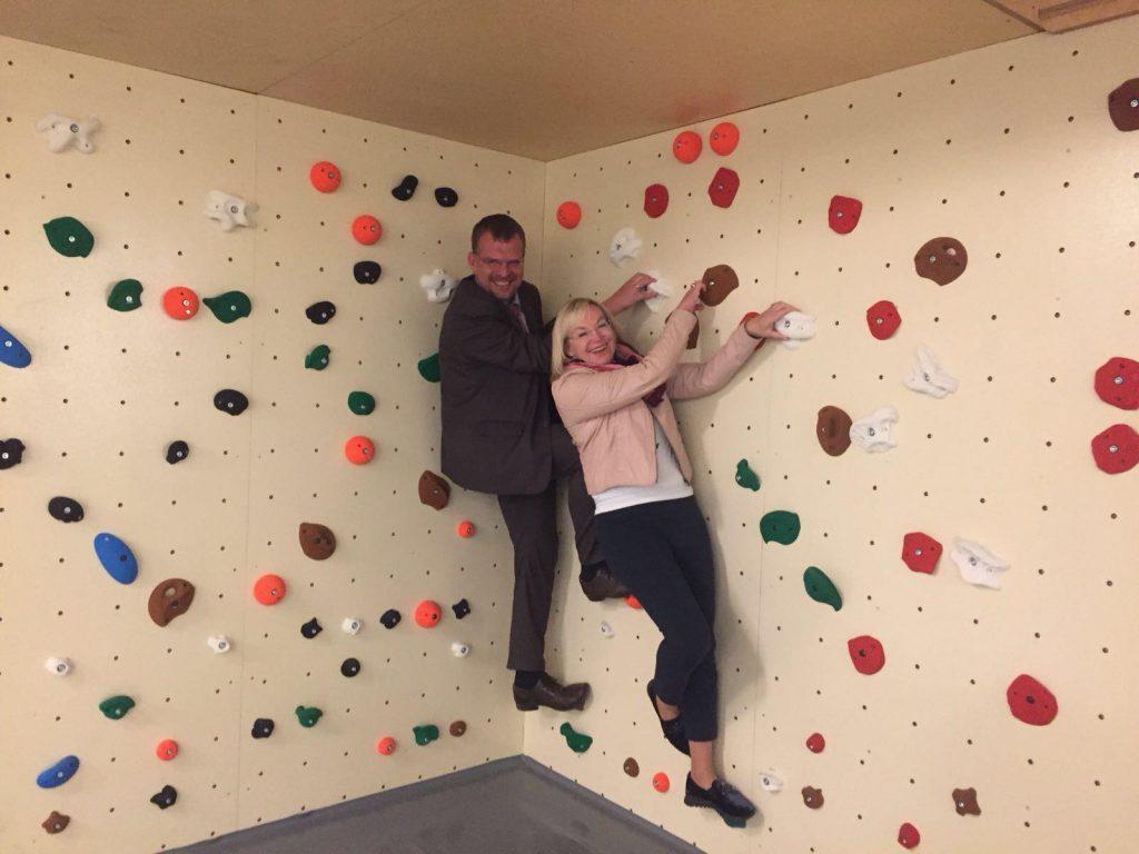 Kletterwand in der neu gestalteten Jugendlounge des Nürnberger Caritas Pirckheimer Hauses (CPH)