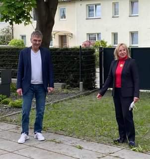 Ist möglicherweise ein Bild von 2 Personen, Personen, die stehen, Baum und außen